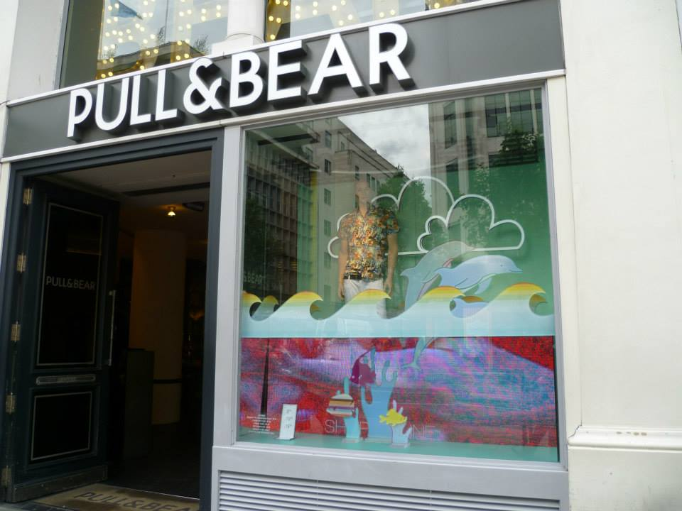 pull-and-bear-underwater-window-shark-attack-02